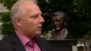Lisée vows to revisit Bill 101