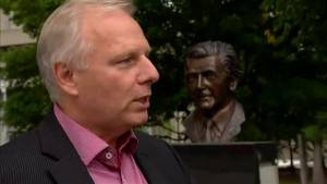 Lisée vows to revisit Bill 101 (00:31)