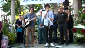 Rendition of 'Hallelujah' sung to honour victims of Danforth shooting attack