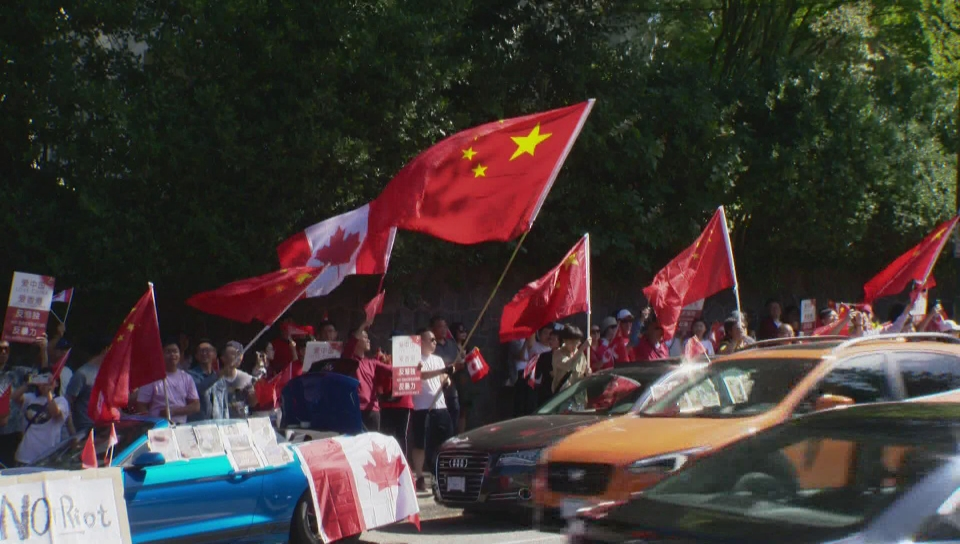 Click to play video 'Duelling Hong Kong protests held outside Vancouver Chinese consulate'