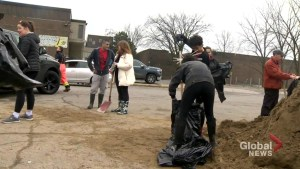Pierrefonds residents work together to stave off floodwaters