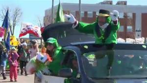 Châteauguay honours late 'Parade Man' at St. Patrick's Day parade (00:47)
