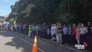 New Zealand shooting: Residents form human chain around mosque so Muslims can pray in peace (00:40)