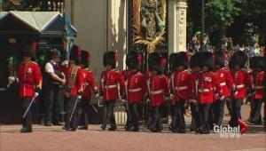 Van Doos on guard at Buckingham Palace
