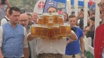 German man sets new record for carrying beer steins