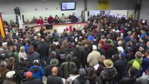 Hundreds show up for annual unclaimed goods auction