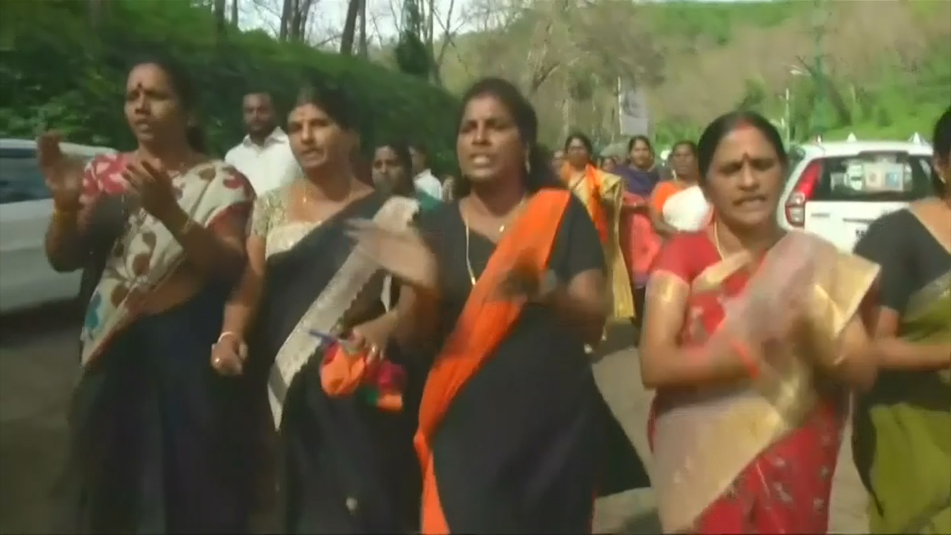 Protesters block women scribes, attack cars near Sabarimala
