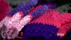 Saskatoon woman creates mittens to honour late sister, discuss mental health
