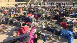 Bicycle activists hold 'die-in' at city hall in support of Yonge St. bike lanes (01:44)