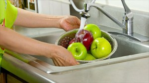 Study shows best washing method to remove pesticides on apples