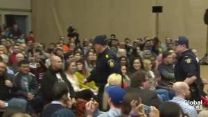 Heckler yells profanities during Justin Trudeau's town hall in Winnipeg