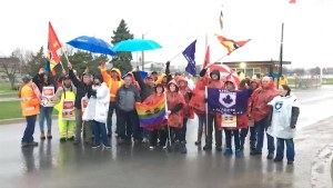 Protesters snarl morning commute at CFB Kingston, Collins Bay Prison as workers demand fair contract