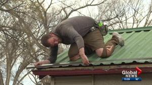Edmonton man donates roofing skills to homeowners in need