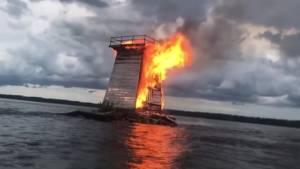 Cole Shoal Lighthouse burns after suspected lightning strike (00:39)