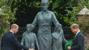 Unveiling of Princess Diana statue unites Princes William, Harry (01:34)