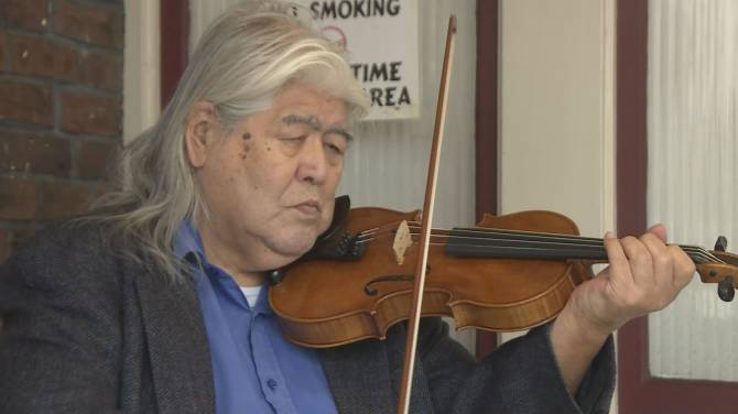 Click to play video: B.C. paramedics surprise 85-year-old violinist with new bow