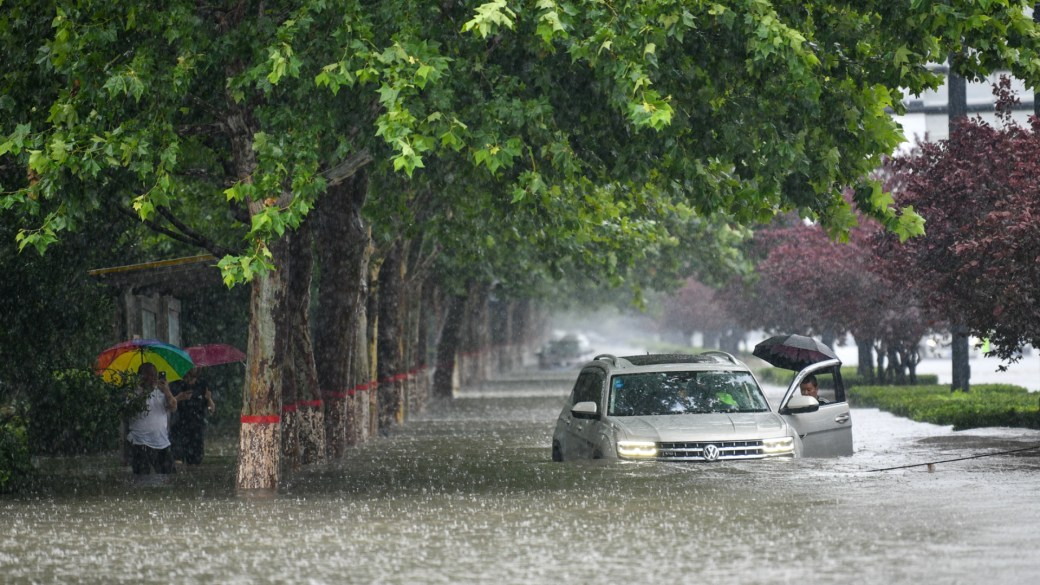 Click to play video: 'Central China sees severe flooding, at least 25 dead after heavy rains'