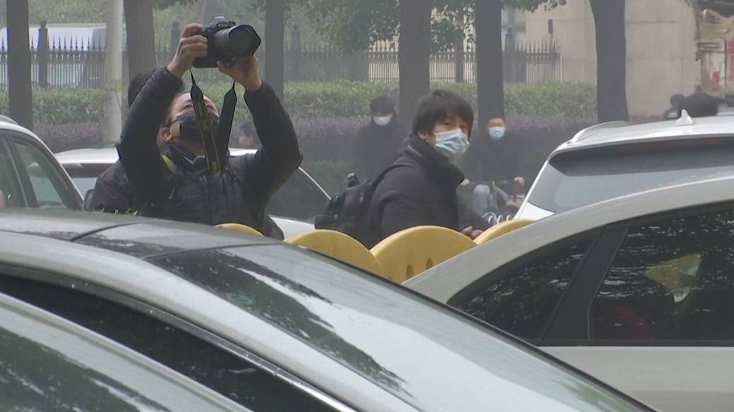 Click to play video 'Coronavirus: Wuhan residents express support as WHO begins investigation into virus origins'