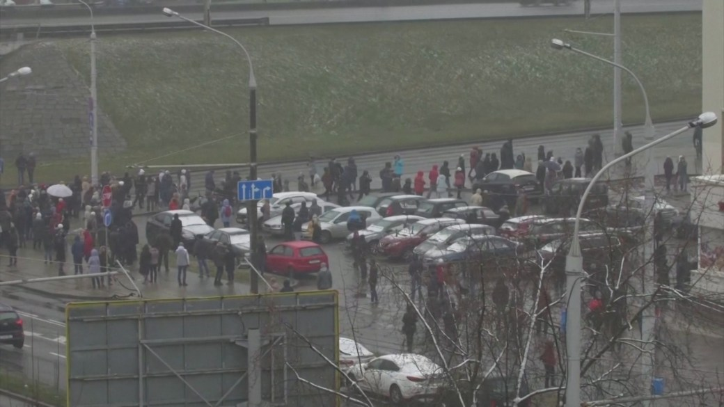 Click to play video: 'Belarus forces detain more than 100 protesters at pro-democracy rallies'