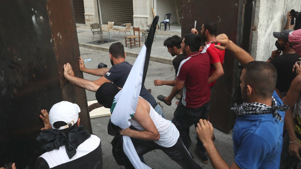 Click to play video 'Lebanon protests: Demonstrators ram open parliament gates, clash with police'
