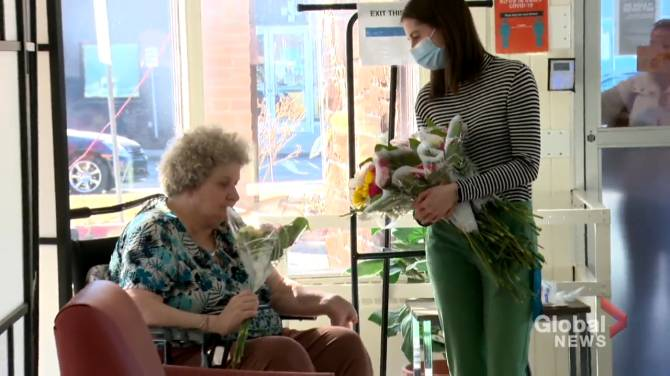 Click to play video: Calgary seniors receive flowers amid COVID-19 pandemic: 'A little bit of hope'