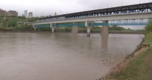 Edmontonians asked to stay away from North Saskatchewan River because of rising water levels (01:35)