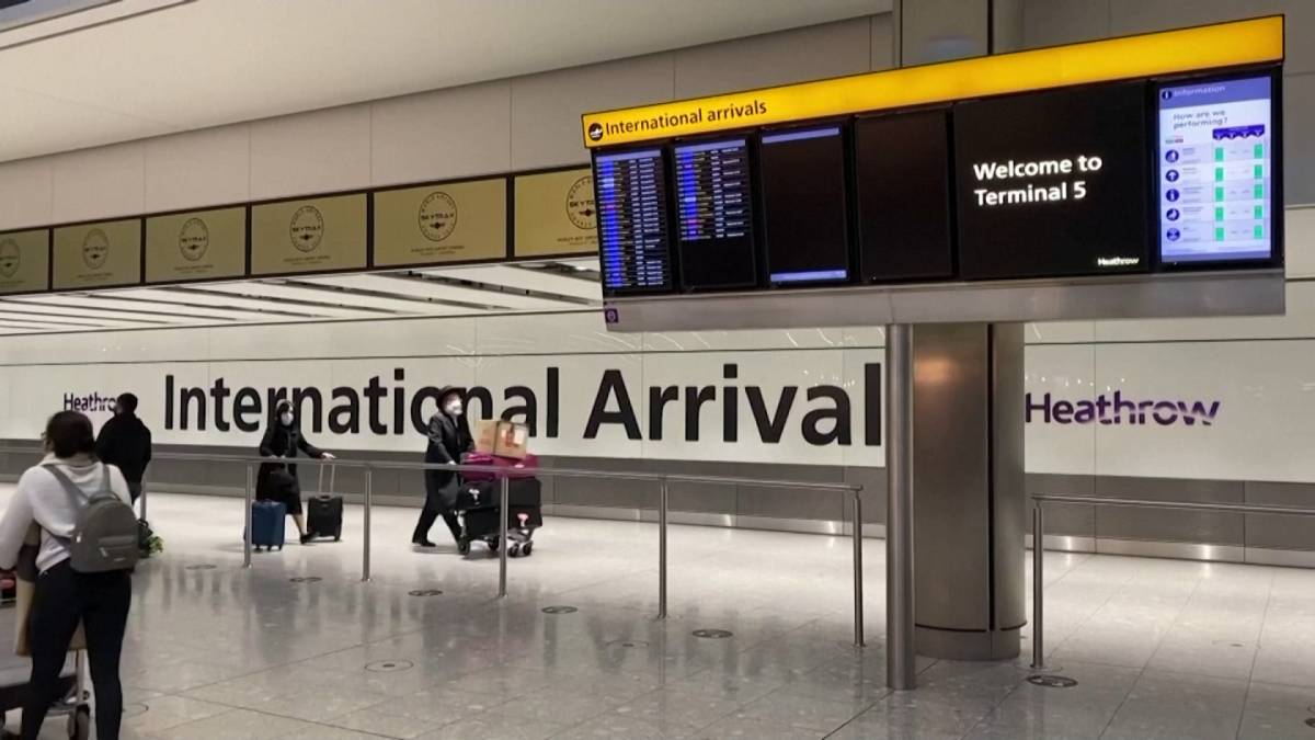 Click to play video: 'England scraps COVID-19 quarantine for fully-vaccinated travellers from US, EU'