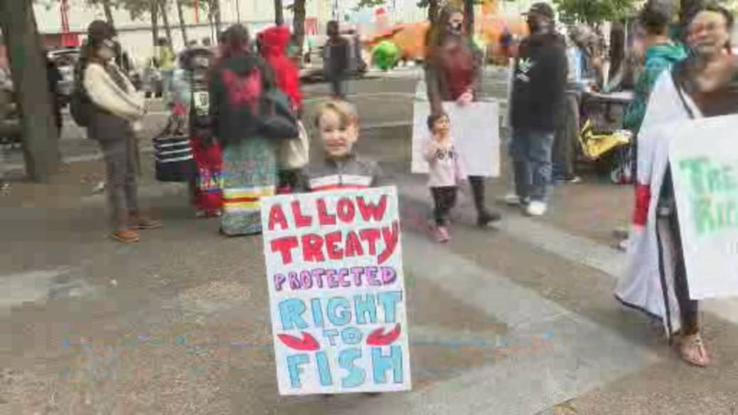 Click to play video 'Haligonians gather at waterfront to stand in solidarity with Mi'kmaq fishers'