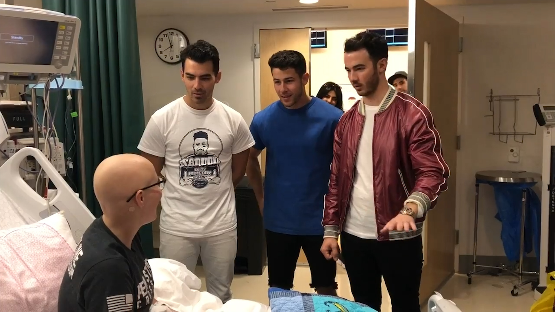 The Jonas brothers visited a sick fan in the hospital