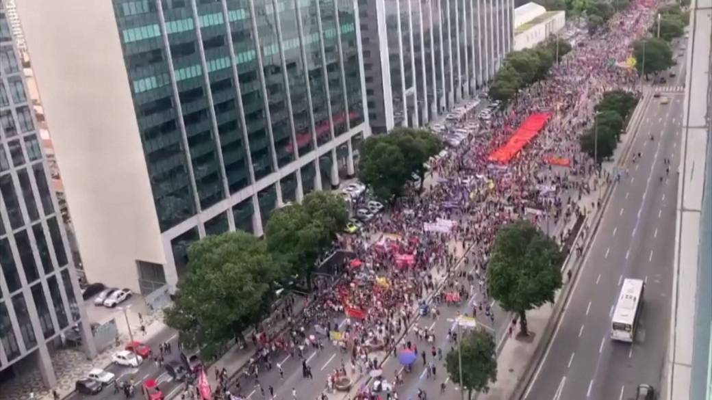 Click to play video: 'Brazil surpasses 500,000 COVID-19 deaths as people protest in streets'