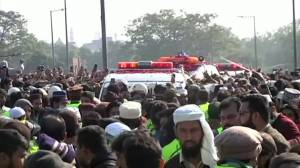 Thousands attend Pakistani cleric's funeral despite COVID-19 restrictions (00:40)