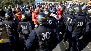 Catalan independence protesters block Spanish-French highway link, causing major traffic jam