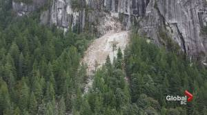 Another major rockfall off the Stawamus Chief in Squamish (00:59)