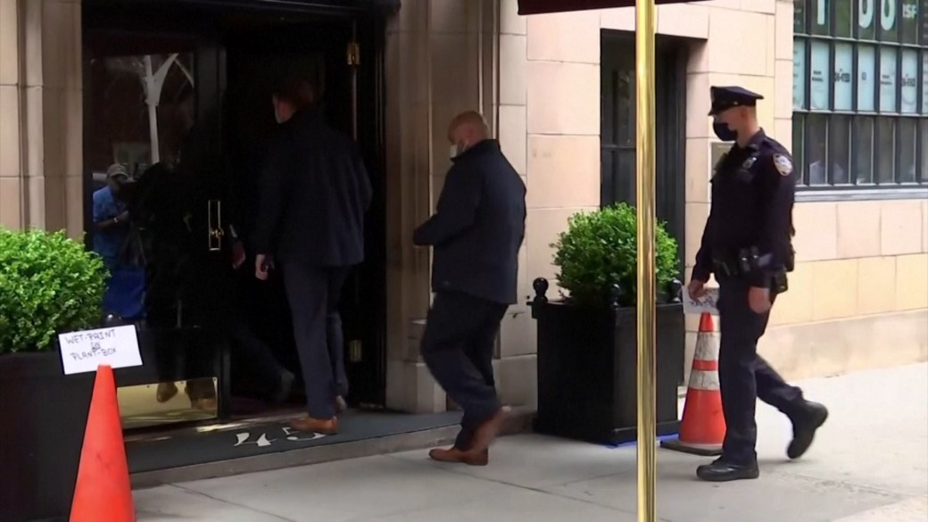 Click to play video: 'Rudy Giuliani's NYC apartment raided by federal investigators'