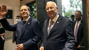 Isaac Herzog sworn in as Israel's 11th president, pledges to heal societal 'rifts' (01:33)