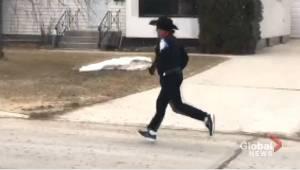 Costumed runner brings daily joy to Windsor Park neighbourhood amid coronavirus (00:31)