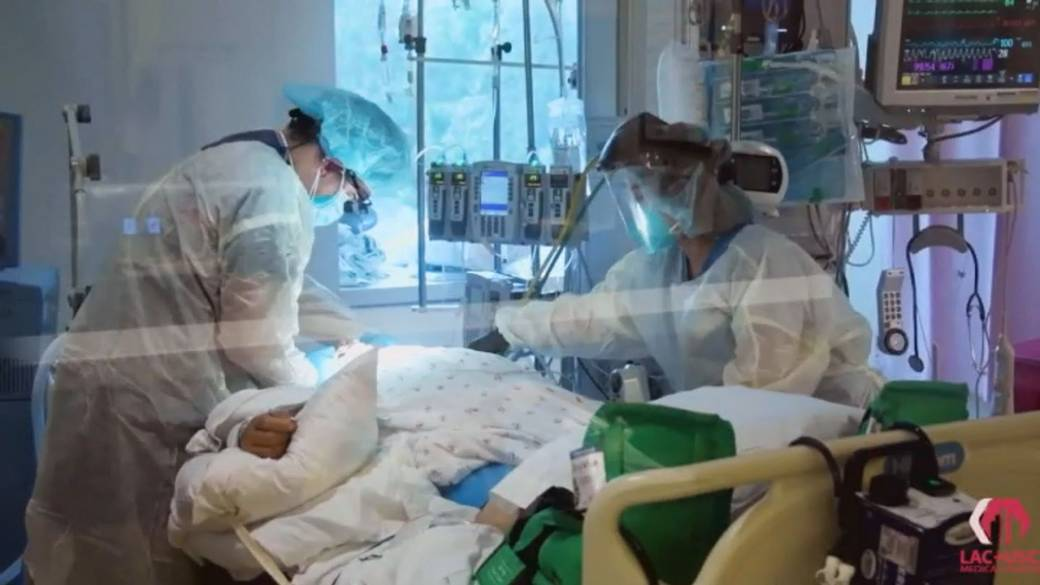 Click to play video 'U.S. COVID-19 cases keep rising as hospitals pushed to the brink'