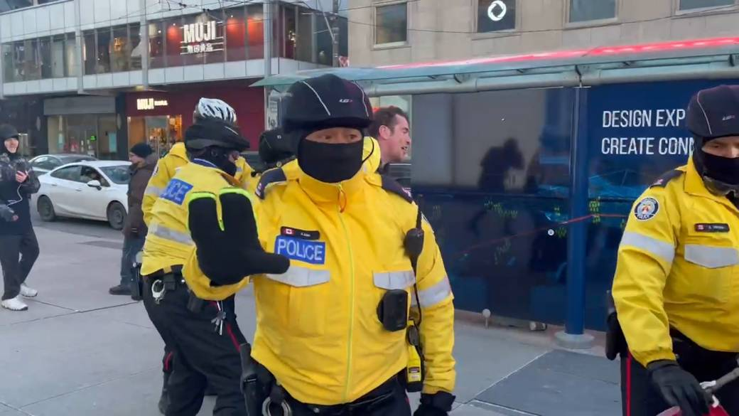 Click to play video 'Coronavirus: Toronto police make arrest at large gathering downtown despite COVID-19 measures'