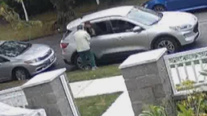 Click to play video: Police warn about rise of 'distraction thefts' after Vancouver senior targeted
