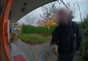 Surveillance video captures man with machete walking around East Vancouver (00:59)