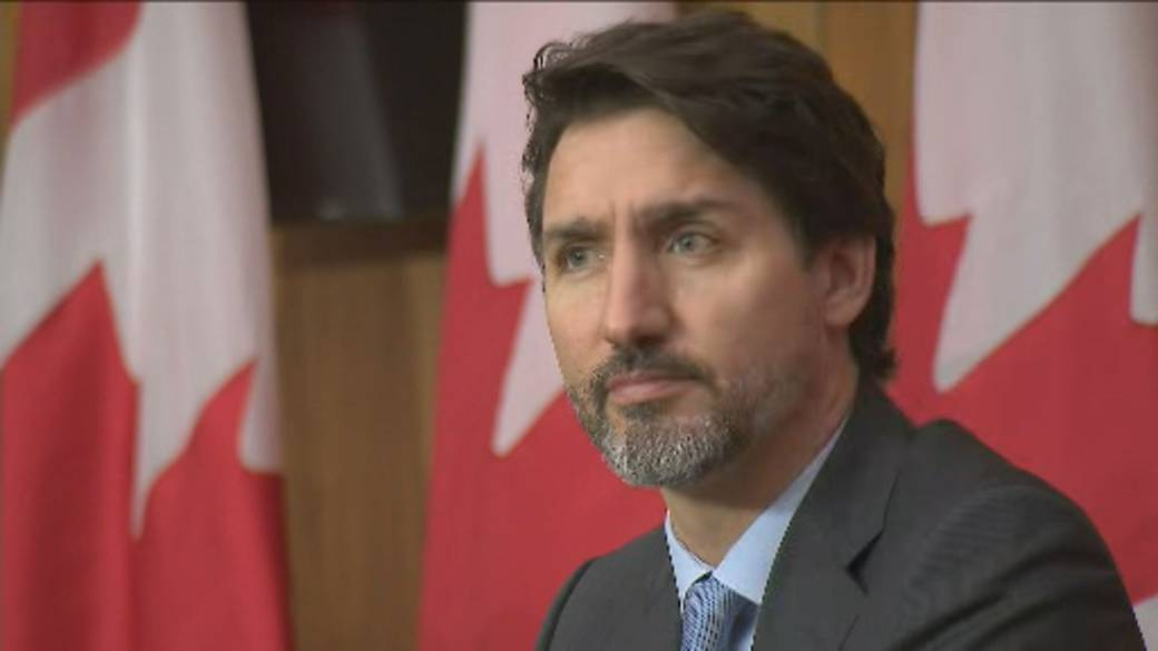Click to play video 'Trudeau warns of rough winter ahead, admits pandemic 'really sucks''