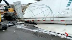 Man in life-threatening condition after transport truck crash on Hwy. 401 in Toronto (04:33)
