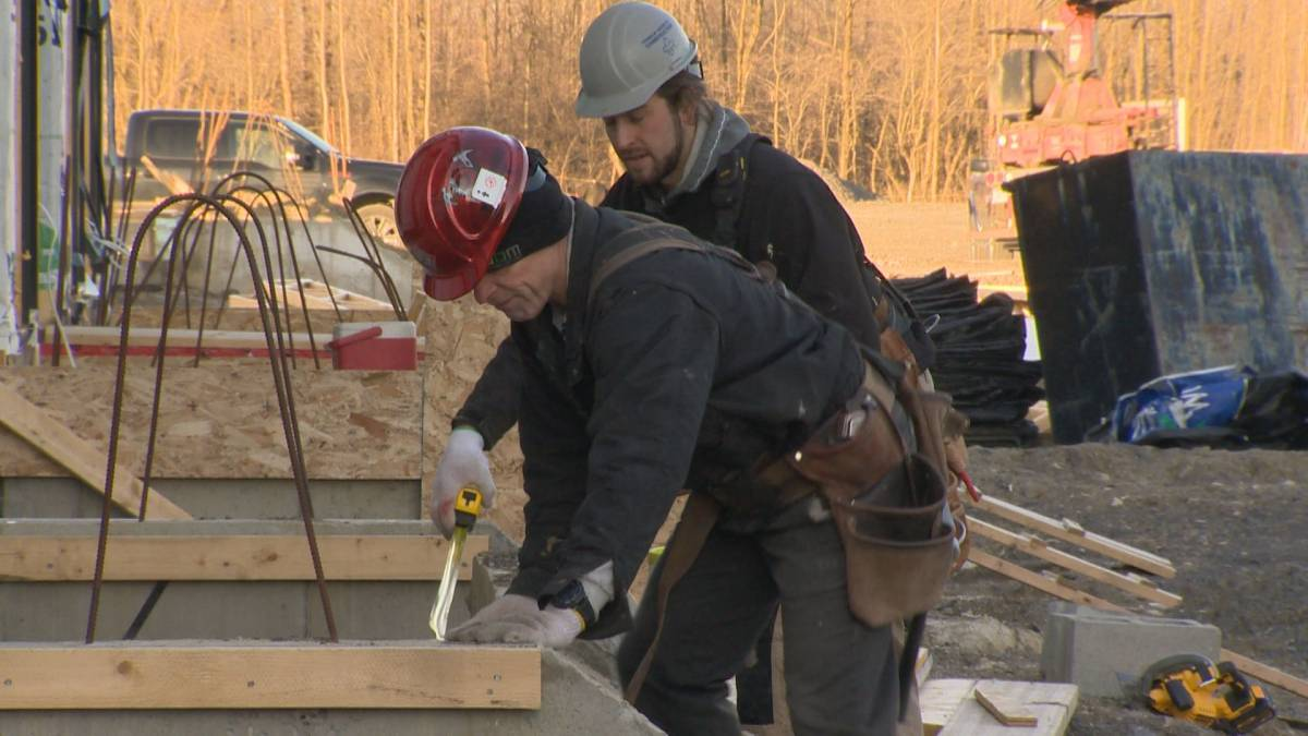 Click to play video 'Work resumes on Quebec residential construction sites after coronavirus shutdown'