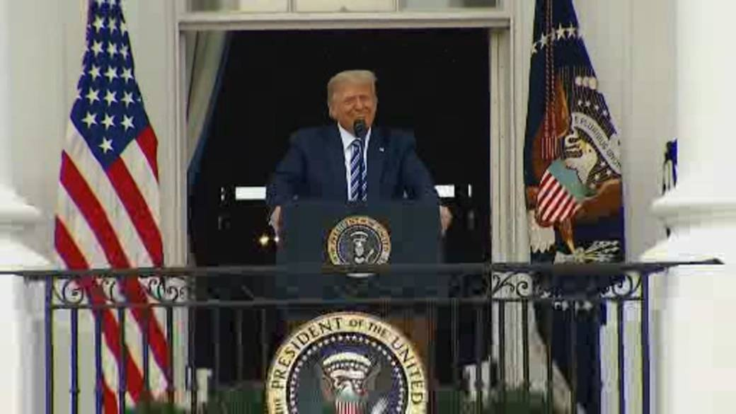 Click to play video 'Trump hosts large crowd at White House following COVID-19 hospitalization'