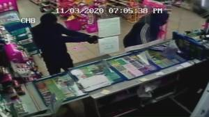 2 suspects sought in Richmond Hill convenience store robbery (00:54)