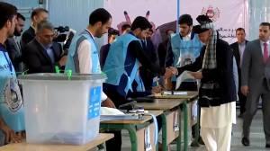 Poll suggests Ghani wins slim majority in Afghanistan election