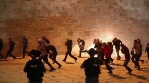 More than 170 injured after Palestinians clash with Israeli police at mosque in Jerusalem (02:38)