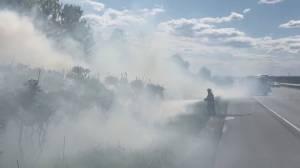 Clarington firefighters battle Hwy. 401 brushfire (00:22)