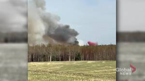 Crews battle wildfire flares up west of Edmonton near Tomahawk (00:48)