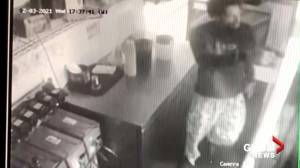 Man pulls out gun, robs California restaurant after being asked to put on mask (01:44)